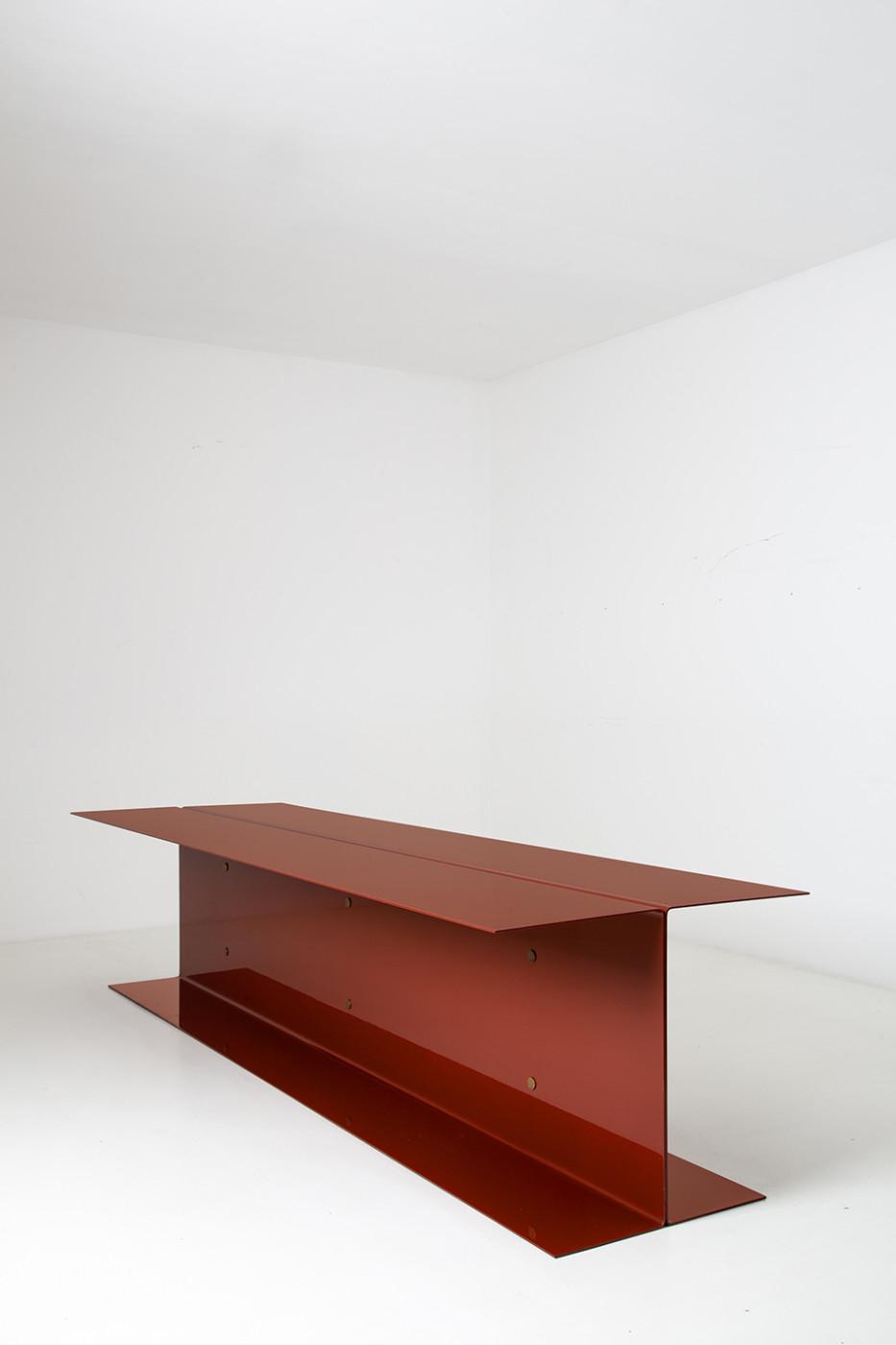 Tavolo studio studio a casa spazio con ripiano libreria for Design seminterrato non finito